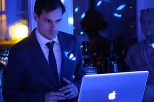 DJ hinter dem Laptop