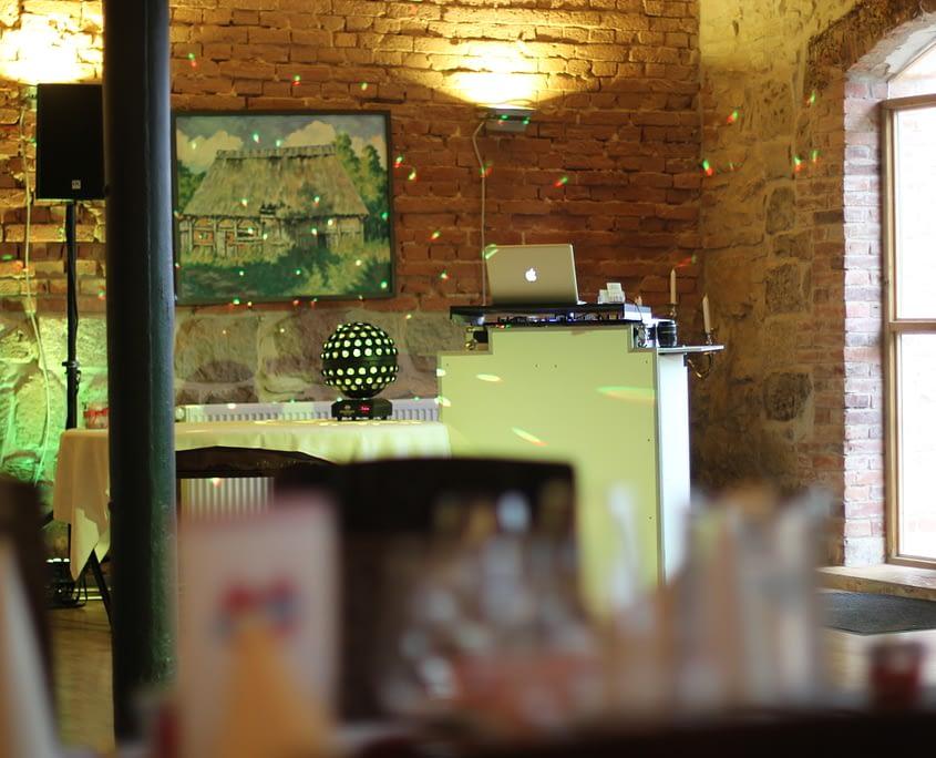Foto von DJ Pult vor Backsteinwand