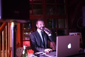 DJ am Mikrofon